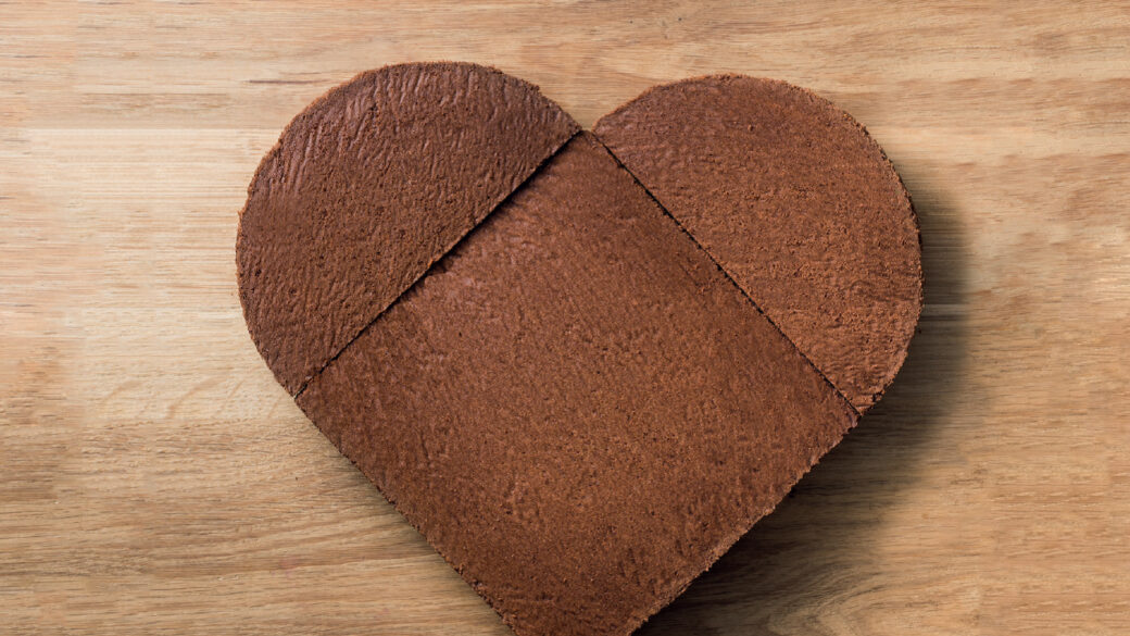 Make a heart-shaped cake for your daughter's birthday