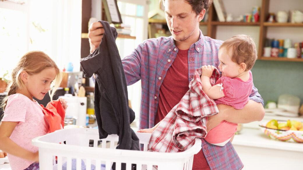 Kako pripraviti seznam družinskih opravil? Otroci, ki pomagajo pri hišnih opravilih, se učijo pomembnih življenjskih spretnosti in družbenih vrednot. Skupno čiščenje doma zbližuje družino.