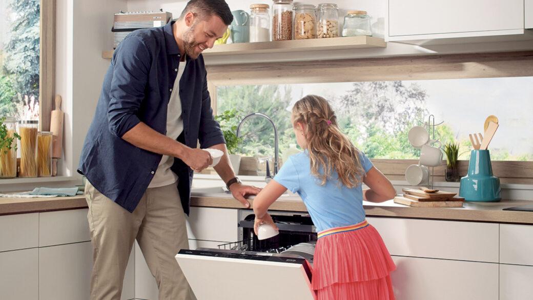 Prvi korak u efikasnom pranju sudova podrazumeva njihovo pravilno raspoređivanje - ovladajte ovom veštinom, naučite kako da izaberete pravi deterdžent i kada da koristite funkciju pred-ispiranja.