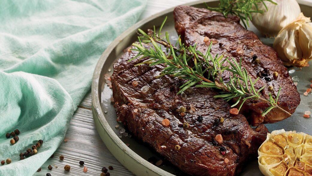 Jak udělat správně steak - pečený česnek, rozmarýn