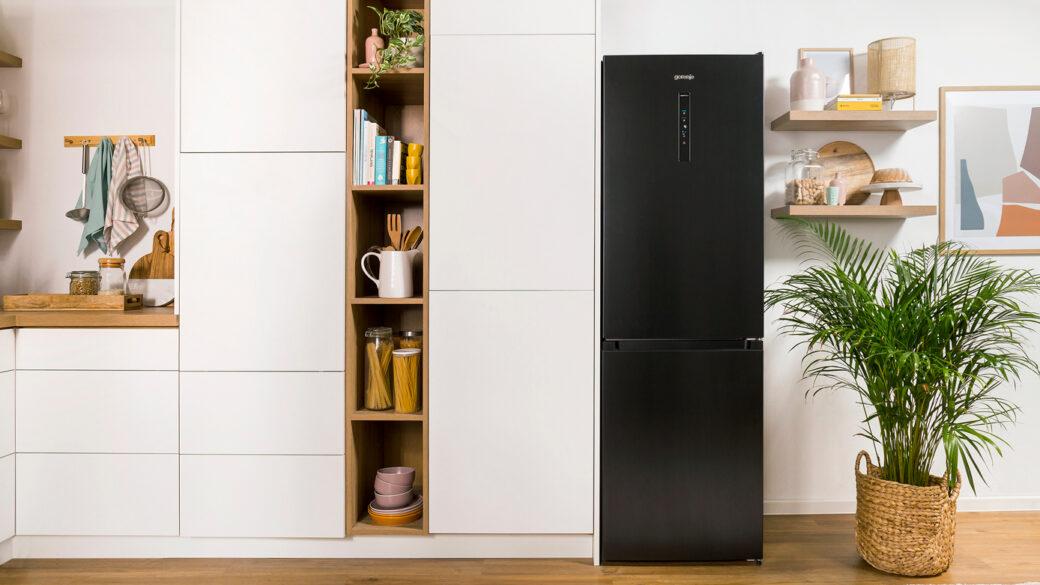 Iz hladilnikov vedno prihajajo hrup in razni zvoki. Kdaj je to razlog za zaskrbljenost in kdaj je to nekaj običajnega? Preberite naš blog in odpravite skrbi.