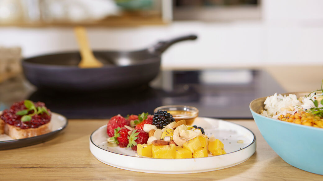 Dowiedz się, jak przygotowywać i pakować jedzenie na wycieczki w drodze. Planuj zdrowe posiłki na cały czas w podróży i używaj warzyw i ziół do kanapek, aby były bardziej soczyste i smaczniejsze.