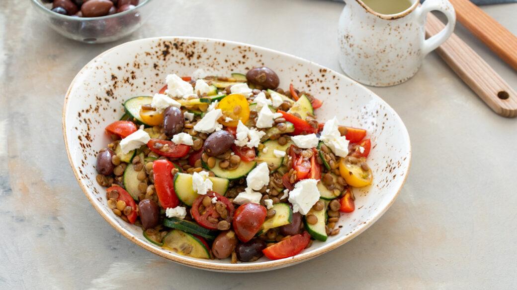 Einfaches und frisches Rezept für einen köstlichen Gurken-Oliven-Linsen-Salat